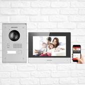 ⬇️ Zestaw wideodomofonowy Hikvision 703-P ⬇️  To gotowy zestaw systemu wideodomofonowego przeznaczony do pracy w ramach 2-przewodowego systemu IP marki Hikvision. Komplet złożony jest ze stacji bramowej DS-KV8103-IMPE2, eleganckiego monitora sterującego - DS-KH6320-WTPE2 oraz obudowy natynkowej DS-KAB8103-IMEX.  Prosta instalacja Plug&Play   Dużą zaletą zestawu, jest to, że stacja bramowa nie wymaga dodatkowego zasilacza, ponieważ możliwe jest zasilenie bezpośrednio ze stacji wewnętrznej DS-KH6320-WTPE2 za pomocą dołączonego do zestawu zasilacza. Monitor posiadają wbudowany moduł WiFi, dzięki czemu bezproblemowo można włączyć zestaw do istniejącej w budynku sieci bezprzewodowej i odbierać połączenia np. na smartfonie. Obsługę wideomofonu umożliwia program iVMS-4200 lub aplikacja Hik-Connect.  Nieprzypadkowo właśnie Ty czytasz opis zestawu wideodomofonowego Hikvision 703-P! Wiesz co dobre i najwyższej jakości! Dlatego też zapraszamy Cię do kontaktu telefonicznego ☎️ pod numerem 12 425 50 55  Jeżeli jednak wolisz kontakt bezpośredni to zapraszamy po zestaw wideodomofonowy osobiście do Krakowa przy ul. Kamieńskiego 31???? nasi instalatorzy i handlowcy z przyjemnością odpowiedzą na wszystkie Twoje pytania. . . . . #smarthometechnology #smarthomesystem #hikvision #hikvison #homeinspiration #safehome #smartcamera #future